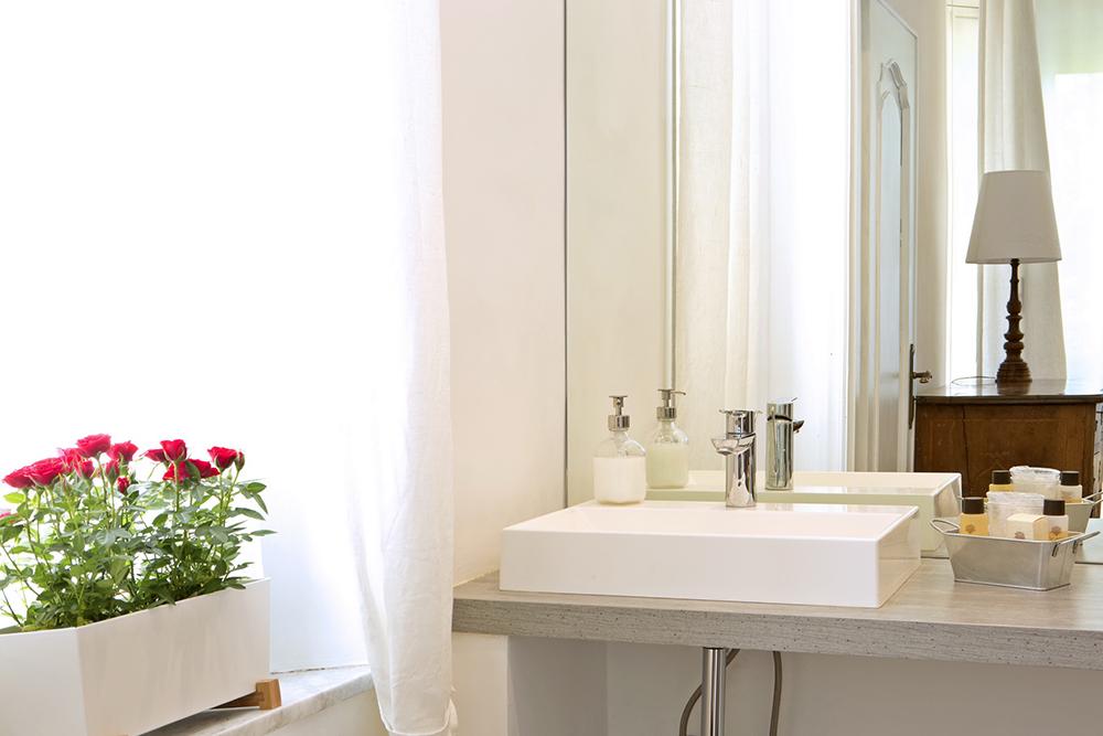 Mini bagno in camera awesome vista parziale di pineta scale che portano al piano superiore - Kit cortesia bagno ...